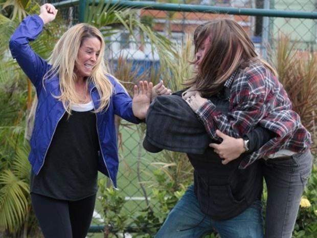 """Em """"Malhação"""", Sal agride Marcela e sequestra Lia"""