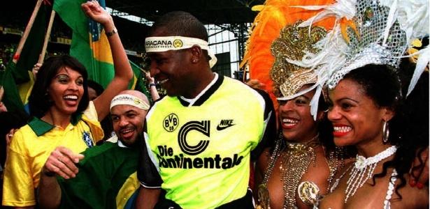 Julio Cesar cercado de sambistas brasileiras em título de 96 do Dortmund