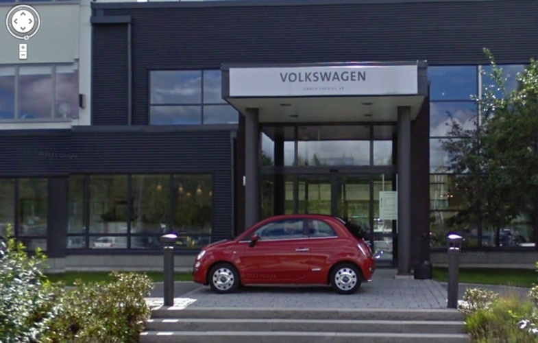 Na imagem acima, tirada do Google Street View, um bicão aparece estacionado bem na entrada da sede da Volkswagen na cidade sueca de Sodertalje: um Fiat 500 vermelho. Segundo o ''Daily Mail'', ao ver o carro do Street View passar, os funcionários da Fiat teriam saído atrás dele com o veículo e estacionado em frente ao prédio da concorrente bem no momento da foto