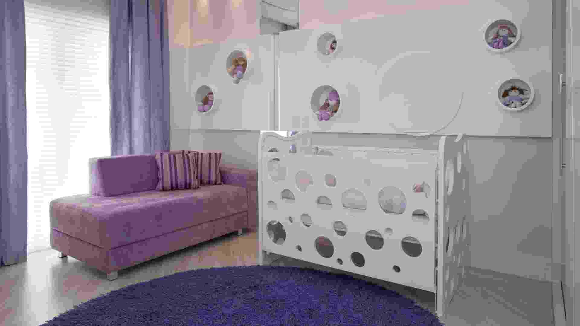 No quarto de 14m2 criado pela arquiteta Teresa Simões, o painel com nichos circulares da parede remete ao berço com círculos vazados protegidos por placas de acrílico - J. Vilhora/Divulgação