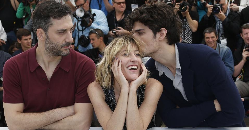 21.mai.2013 - A atriz e diretora italiana Valeria Bruni Tedeschi (no centro) posa com os atores Louis Garrel e Filippo Timi durante a divulgação do filme