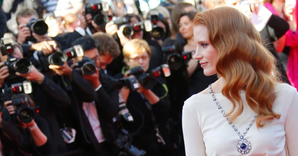 21.mai.2013 - A atriz Jessica Chastain posa para fotógrafos no tapete vermelho de Cannes ao chegar para a exibição do filme