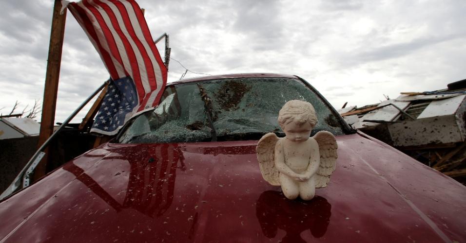 21.mai.2013 - Anjo é colocado em cima de um carro após ser encontrado entre os escombros provocados pela passagem do tornado que devastou Moore, nos Estados Unidos. O desastre natural deixou dezenas de mortos