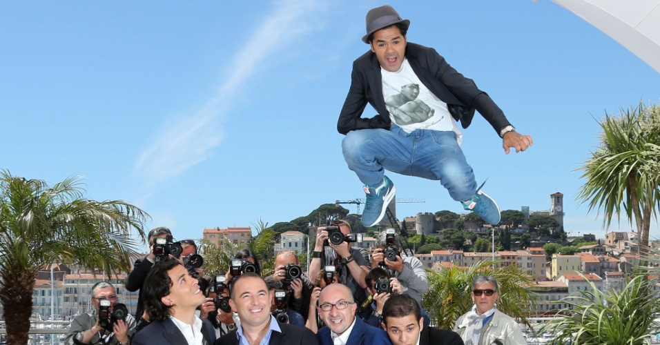 21.mai.2013 - Ator francês Jamel Debbouze salta durante sessão de fotos de divulgação do filme