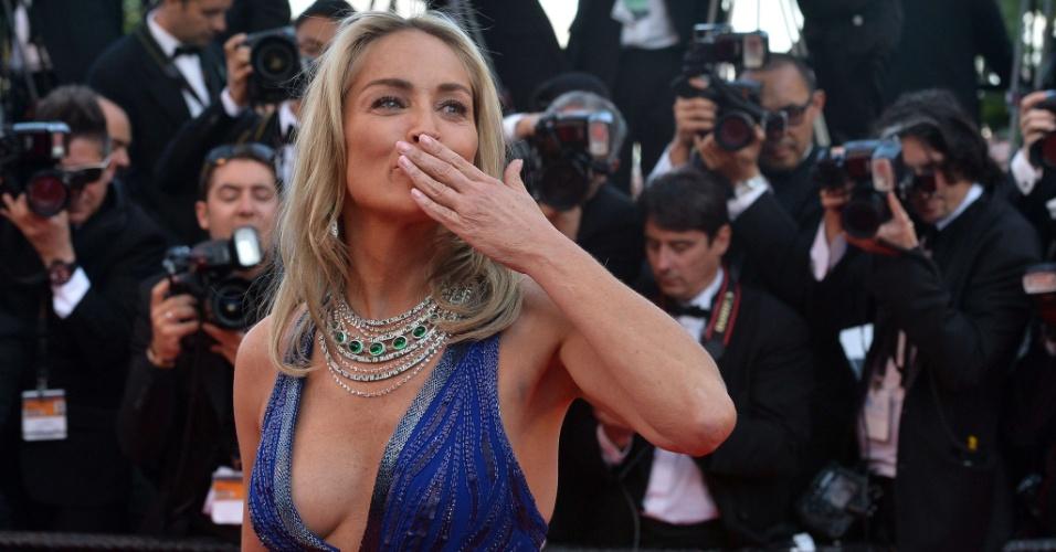 21.mai.2013 - De vestido decotado, Sharon Stone distribui beijos na chegada à exibição de