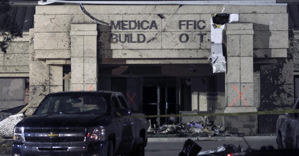 21.mai.2013 - Edifícios e veículos foram destruídos pela passagem de um tornado pelo bairro de Moore, em Oklahoma, que foi atingido por forte tempestade e um tornado, no domingo (19). Ao menos 91 pessoas, 20 delas crianças, morreram em consequência da passagem de tornados pelo centro-sul dos Estados Unidos desde então