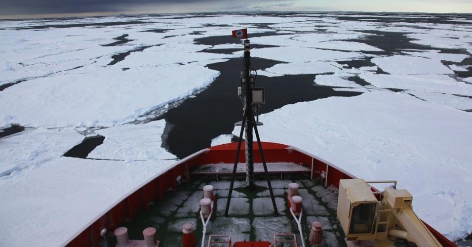 21.mai.2013 - Em paralelo com as pesquisas de fitoplânctons, Cassandra Brooks colocou uma câmera na proa do quebra-gelo Nathaniel B. Palmer por dois meses. O equipamento captou a passagem e os desafios do navio pelo mar de Ross, na Antártida, enfrentando temperaturas abaixo de zero e ventos furiosos a mais de 110 quilômetros por hora