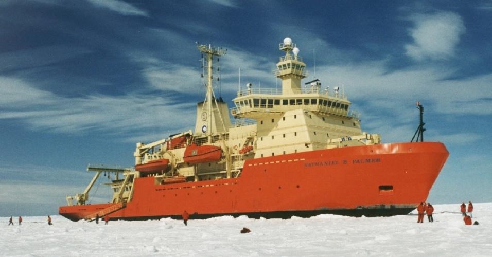 """21.mai.2013 - O quebra-gelo Nathaniel B. Palmer, de bandeira norte-americana, iniciou uma expedição na Antártida, em fevereiro de 2013. A bordo, estão cientistas do mundo todo interessados na biodiversidade - tanto a que vive acima quanto a abaixo do gelo - no mar de Ross, local que, por mais de 150 anos, tem sido um """"laboratório natural"""". Ele é considerado o local mais rico - e também um dos mais isolados - do oceano no extremo Sul do planeta Terra devido à grande presença de fitoplânctons"""
