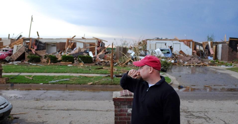21.mai.2013 - Homem observa casas destruídas em Moore, nos Estados Unidos, um dia após a passagem de um tornado que causou dezenas de mortes na região