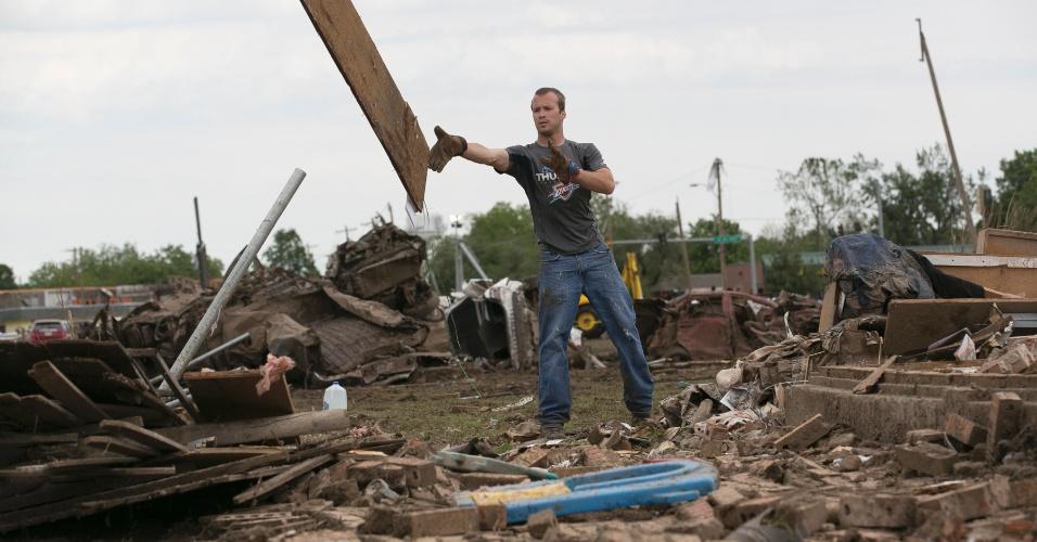 21.mai.2013 - Homem retira escombros de sua casa em Moore, nos Estados Unidos, após a passagem de um tornado que devastou a região. O desastre natural deixou dezenas de mortos