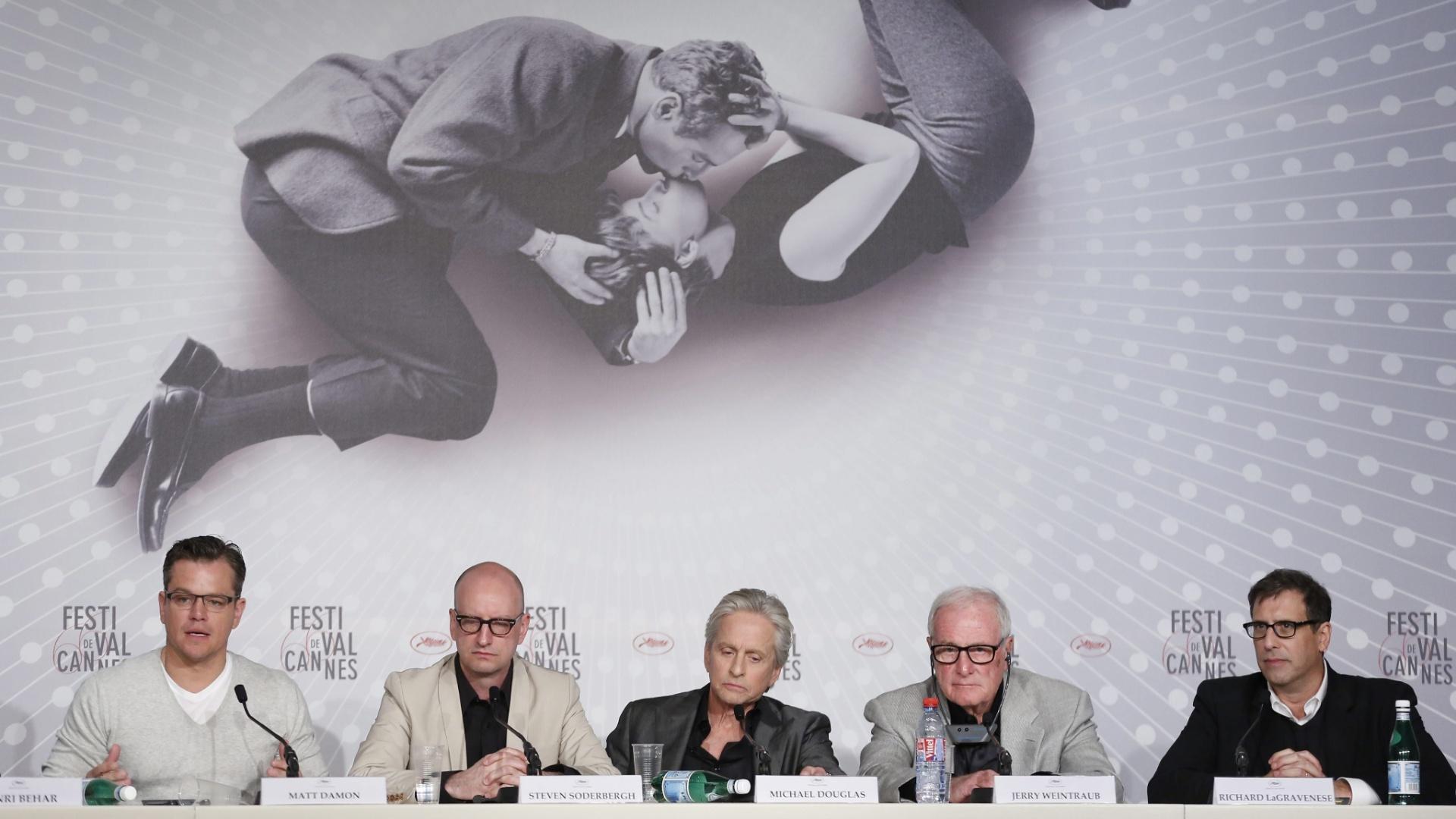 21.mai.2013 - Matt Damon, o diretor Steven Soderbergh, Michael Douglas, o produtor Jerry Weintraub e o roteirista Richard Lagravenese falam à imprensa sobre o filme