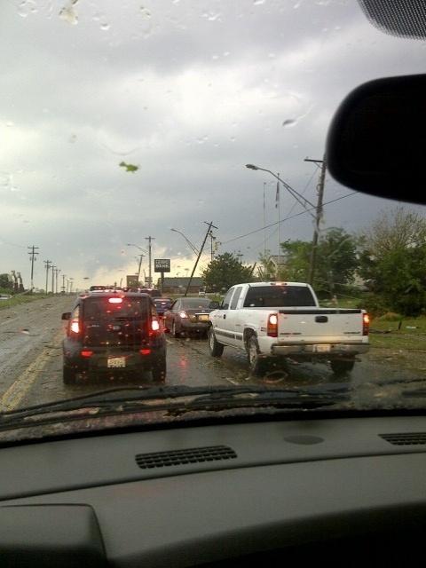 21.mai.2013 - Motoristas enfrentaram lentidão em uma das principais via de Oklahoma City (EUA) durante a passagem de um tornado na região. A foto foi registrada pela brasileira Vânia Pacini, que disse que estava em frente à escola de seu filho mais novo quando as sirenes de alerta da cidade começaram a tocar