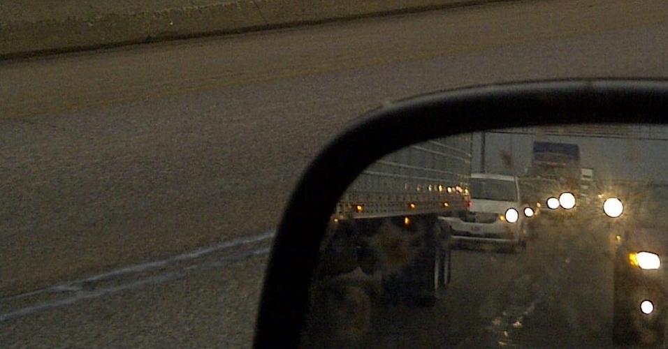 21.mai.2013 - Motoristas enfrentaram trânsito em uma das principais via de Oklahoma City (EUA) durante a passagem de um tornado na região. A foto foi registrada pela brasileira Vânia Pacini, que disse que estava em frente à escola de seu filho mais novo quando as sirenes de alerta da cidade começaram a tocar