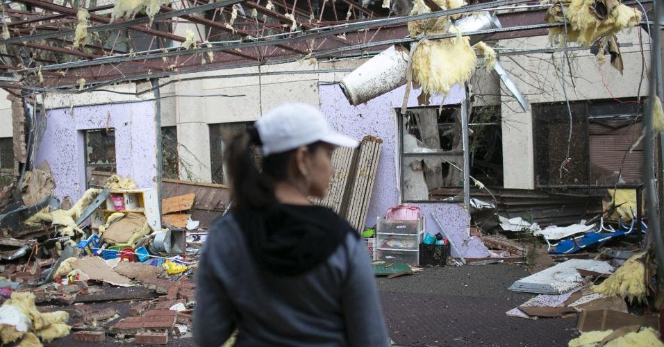 21.mai.2013 - Mulher avalia os danos na pré-escola Applejacks Learning Center, em Moore (EUA), após a passagem de um tornado que devastou a região. O desastre natural deixou dezenas de mortos