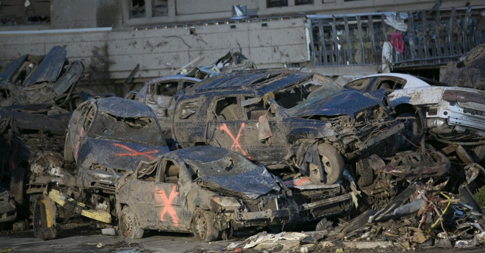 21.mai.2013 - Nem mesmo os carros que estavam no estacionamento do Moore Medical Center, em Moore (EUA), sobreviveram à passagem do tornado que deixou dezenas de mortos na região