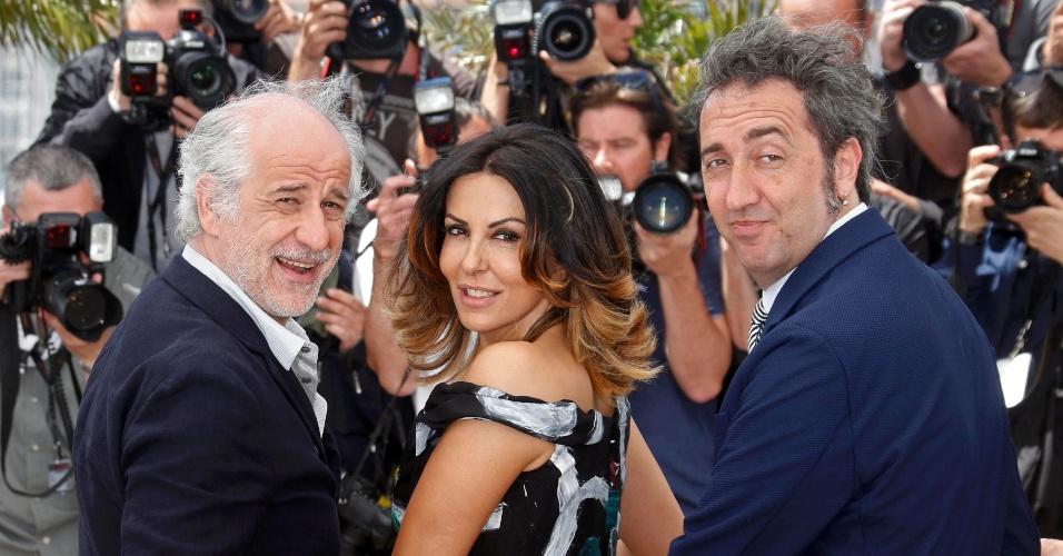 21.mai.2013 - Paolo Sorrentino posa com Toni Servillo e Sabrina Ferilli para divulgar o filme