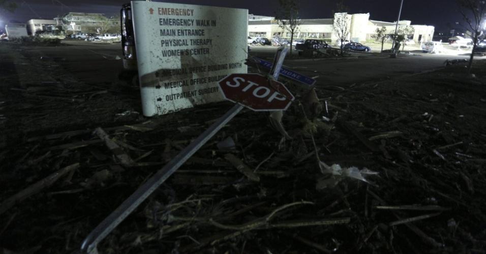 21.mai.2013 - Placa de trânsito localizada em frente ao Centro Médico de Moore, em Oklahoma, se retorceu após ação do tornado que atingiu a região no domingo (19).Ao menos 91 pessoas, 20 delas crianças, morreram em consequência da passagem de tornados pelo centro-sul dos Estados Unidos desde então