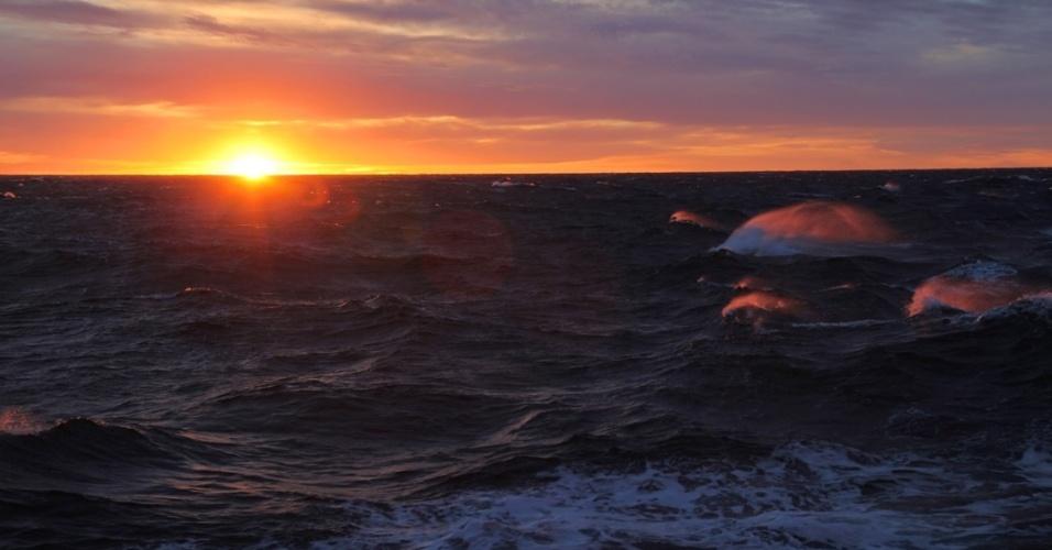 """21.mai.2013 - Uma das últimas """"aparições"""" do Sol sobre o mar de Ross, na Antártida, ocorreu no fim de fevereiro, dando início a mais um longo e duro inverno, relata a pesquisadora Cassandra Brooks. Junto com colegas de um programa multidisciplinar da Universidade de Stanford, no Reino Unido, ela estuda a dinâmica do mar congelado com o ecossistema antártico, com foco sobre os fitoplânctons."""