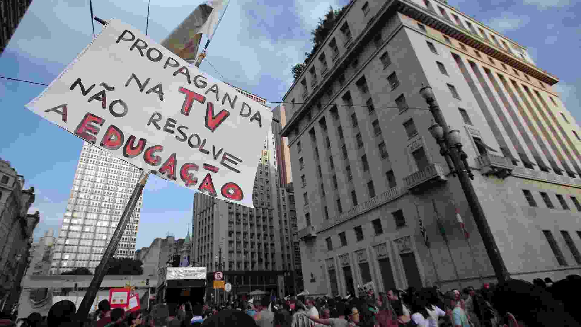 21.mai.2013  - Professores da rede municipal protestam na tarde desta terça-feira em frente à Prefeitura de São Paulo, no viaduto do Chá. A categoria está em greve desde o dia 3 de maio e reivindica os seguintes reajustes: 6,55% retroativo a maio de 2011; 4,61% retroativo a maio de 2012 e 6,51% referente a esse ano. A secretaria municipal afirma que os docentes já têm assegurado um aumento de 10,19% em maio deste ano e outro de 13,43% previsto para o mesmo período de 2014. Os professores, porém, dizem que as parcelas já haviam sido acordadas na gestão anterior - Rodrigo Paiva/UOL