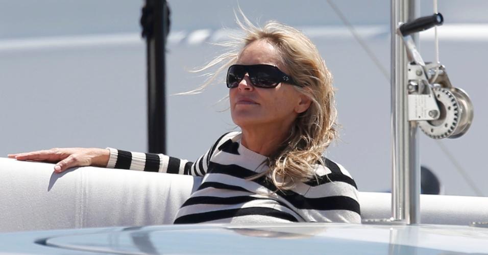 21.mai.2013 - Sharon Stone relaxa em iate durante o Festival de Cannes 2013