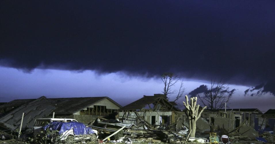 21.mai.2013 - Um dia após a passagem de um tornado em Moore, nos Estados Unidos, nuvens carregadas voltam a encobrir o céu da região. O desastre naturou deixou dezenas de mortos