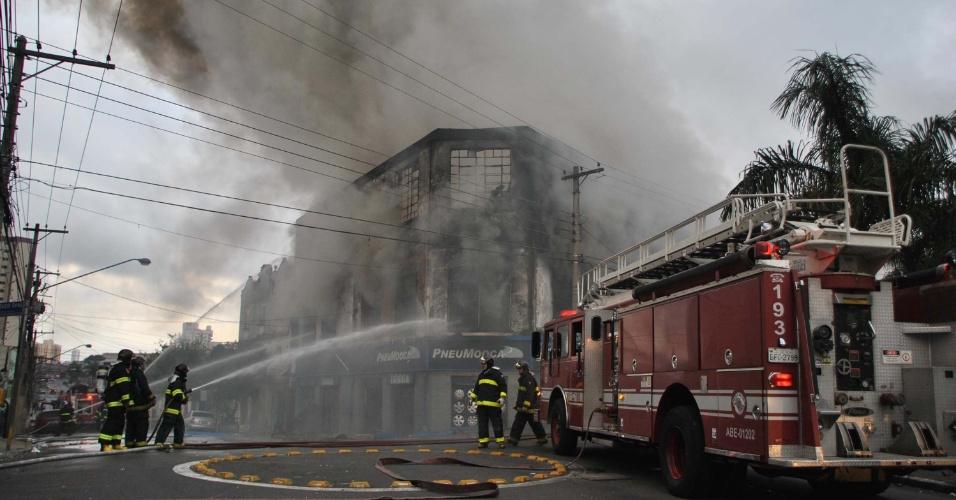 21.mai.2013 - Um incêndio atingiu um galpão de pneus na Mooca, zona leste de São Paulo, no começo da manhã desta segunda-feira (21). Não há informações sobre feridos e sobre as causas do incidente