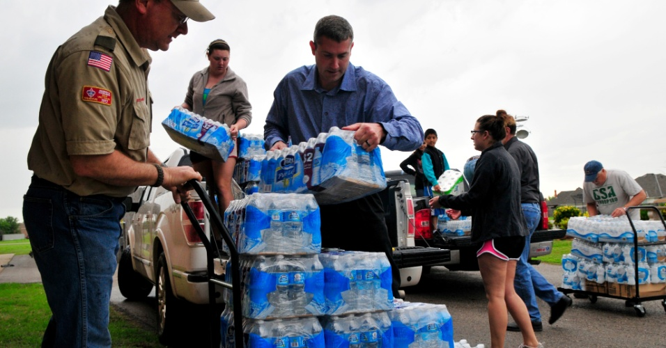 21.mai.2013 -  Voluntários entregam água em uma igreja de Moore, nos Estados Unidos. O local abriga as famílias que foram vítimas do tornado que devastou a região e deixou dezenas de mortos