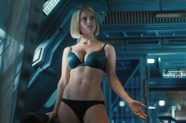 """Atriz Alice Eve aparece só de calcinha e sutiã em cena de """"Além da Escuridão - Star Trek"""""""