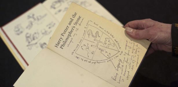 """Cópia da primeira edição com anotações e ilustrações de """"Harry Potter e a Pedra Filosofal"""", de J. K. Rowling - Will Oliver/AFP"""