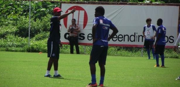 Cristovão Borges orienta o grupo durante um treino do Bahia
