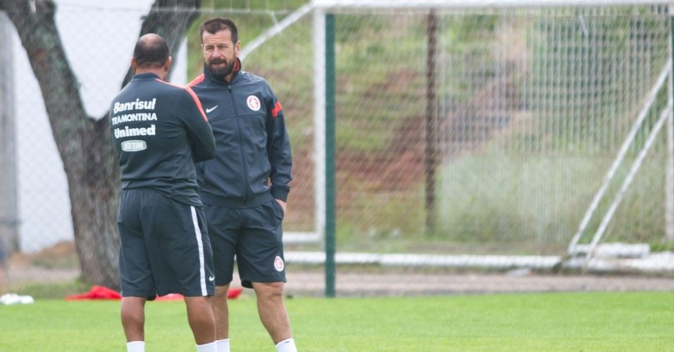 Dunga conversa com o preparador físico Paulo Paixão, em treino do Inter (21/05/13)