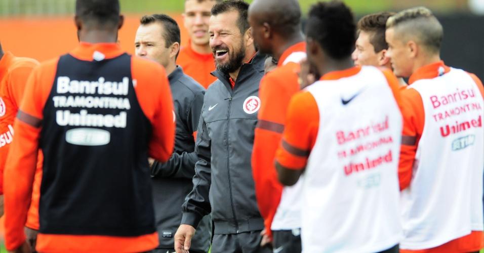 Dunga sorri em meio aos jogadores do Internacional durante treino tático (21/05/2013)