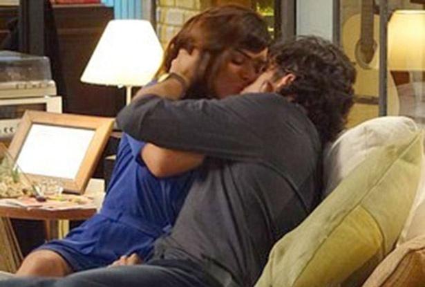 """Em """"Sangue Bom"""", Charlene beija Bento, após o jovem aparecer na TV"""