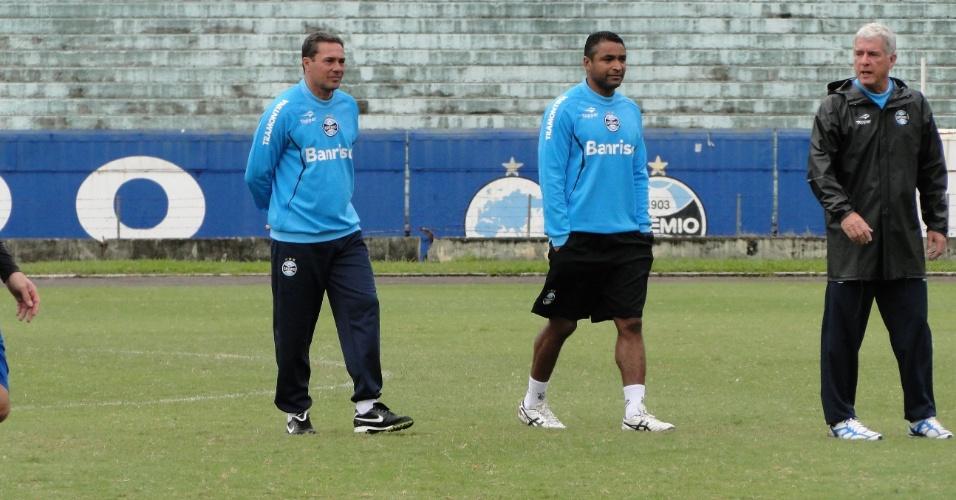 Vanderlei Luxemburgo ao lado do auxiliar Roger Machado e do preparador físico Antonio Mello em treino do Grêmio no estádio Olímpico (21/05/2