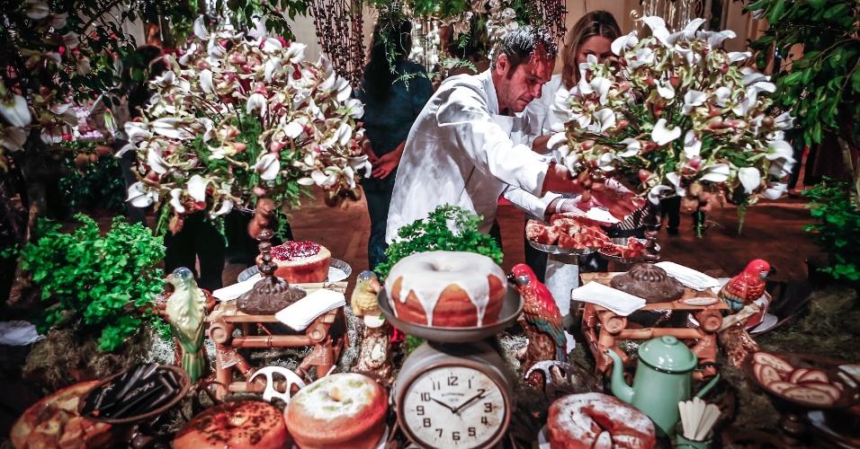 21.mai.2013 - Mesa da Bolo à Toa (www.boloatoa.com.br) com decoração que recria o clima do interior e da fazenda, feita pela decoradora Vera Guimarães para a Degustar 2013