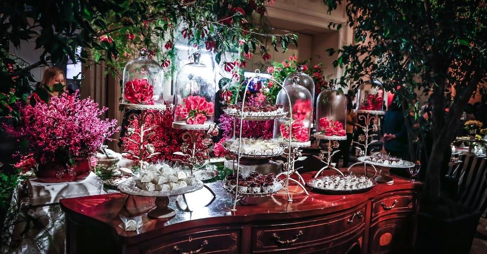 21.mai.2013 - Mesa da NaNaLulu Cupcakes (www.facebook.com/nanalulucupcakes) com decoração de Vera Guimarães para a Degustar 2013