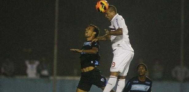 22-05-2013 - Luis Fabiano cabeceia para abrir o placar contra o Londrina