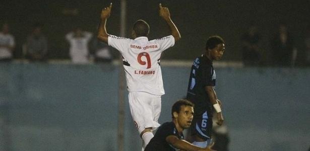 22-05-2013 - Luis Fabiano comemora gol de cabeça em amistoso pelo São Paulo