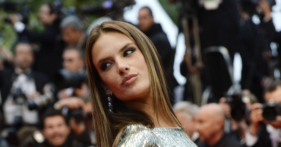22.mai.2013 - A modelo brasileira Alessandra Ambrosio chega para a exibição de
