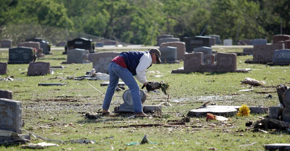22.mai.2013 - Charles Stemm limpa túmulo em um cemitério de Moore, uma das cidades mais atingidas pelo tornado que devastou o Estado americano de Oklahoma. Pelo menos 24 pessoas morreram devido à tempestade do último dia 20, incluindo sete crianças em uma escola