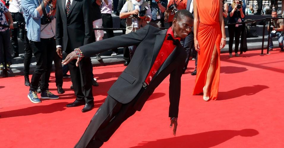 22.mai.2013 - Longe das dificuldades da trama, Démé fez várias acobracias no tapete de Cannes