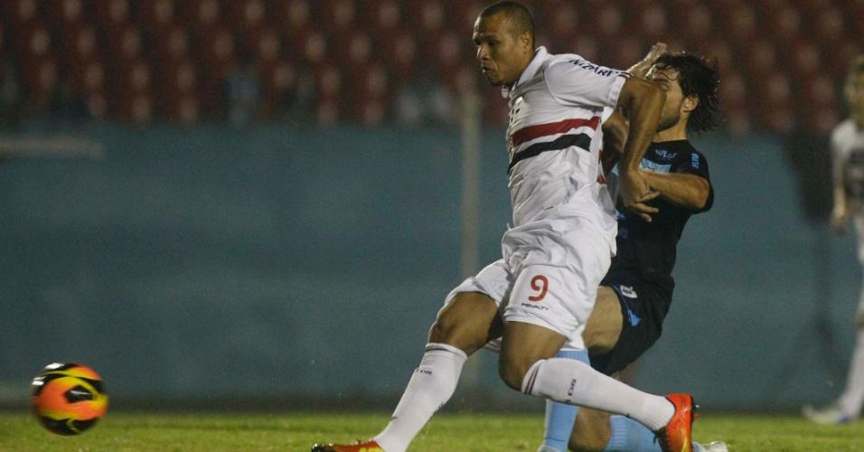 22.mai.2013 - Luís Fabiano passa pela marcação no amistoso entre São Paulo e Londrina