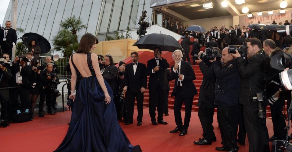 22.mai.2013 -  Milla Jovovich posa no tapete vermelho antes da exibição de