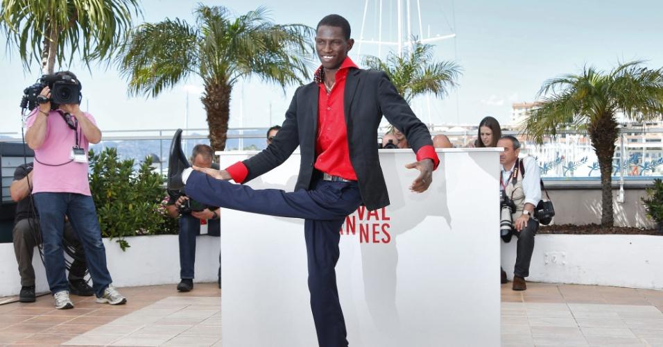 22.mai.2013 - O ator e dançarino Souleymane Deme dança ao posar para sessão de fotos do filme