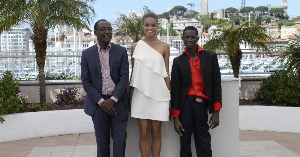 22.mai.2013 - O diretor chadiano Mahamat-Saleh Haroun, a atriz francesa Anais Monory e o ator e dançarino burquinense Souleymane Deme divulgam o filme