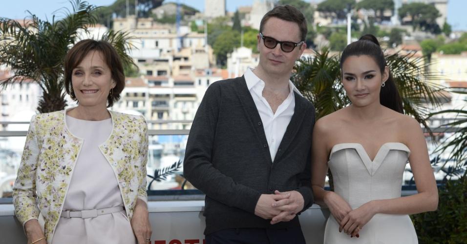 22.mai.2013 - O diretor Nicolas Winding Refn (centro) e as atrizes Kristin Scott Thomas e Rhatha Phongam divulgam o filme