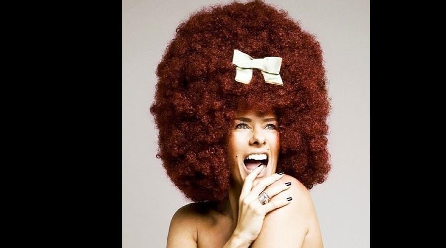 22.mai.2013 - O hair stylist Thiago Fortes divulgou uma imagem de Adriane Galisteu usando uma peruca ruiva no melhor estilo black power para um ensaio