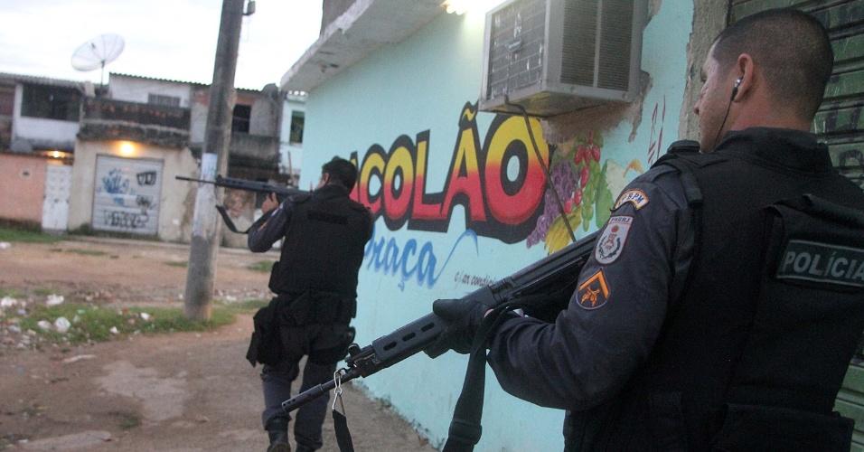 22.mai.2013 - Policiais realizam operação para apreensão de drogas nas favelas de Antares e Rola, em Santa Cruz no Rio de Janeiro (RJ), na manhã desta quarta-feira (22). Os policiais prenderam dois homens e apreenderam drogas e rádios comunicadores durante a operação