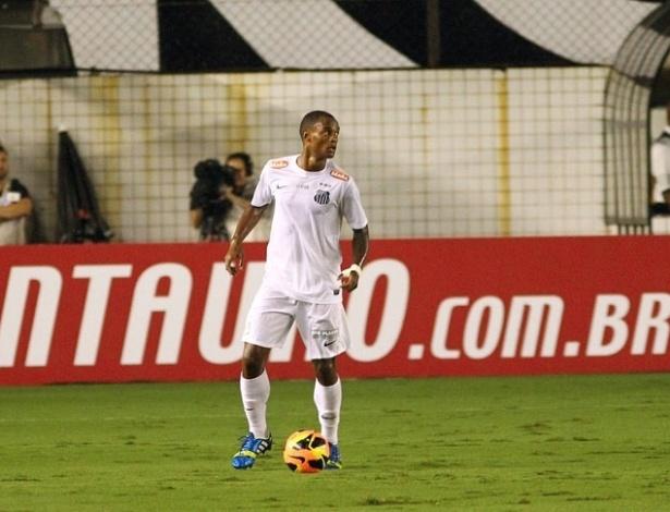 22.mai.2013 - Renê Junior domina a bola e tenta armar a jogada durante a partida entre Santos e Joiville pela Copa do Brasil
