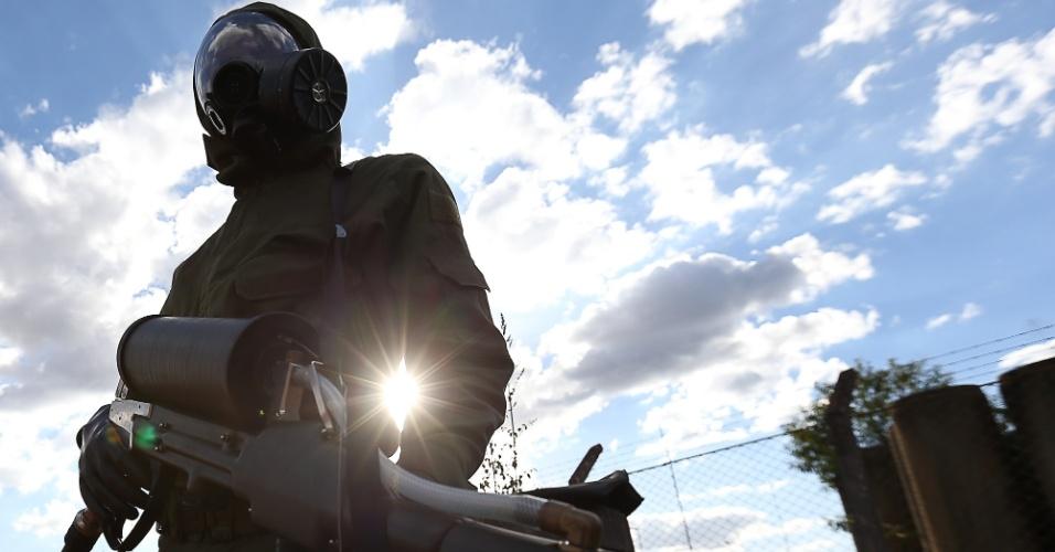 22.mai.2013 - Soldado se prepara para participar de simulação de combate à ação terrorista com contaminação química realizada pelo Exército, em Brasília. A ação é uma preparação para a Copa das Confederações, que será realizada de 15 a 30 de junho no Brasil